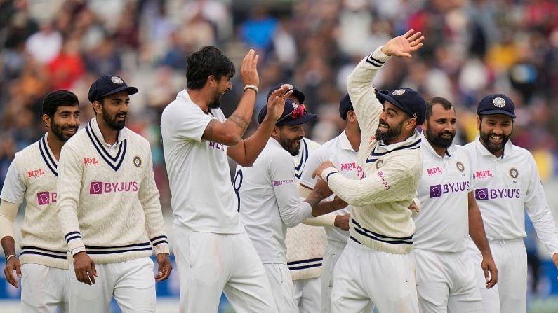 लॉर्ड्स : इंग्लंडविरुद्धच्या दुसऱ्या लॉर्ड्स कसोटीत टीम इंडियाने ऐतिहासिक विजय मिळवला. भारतीय गोलंदाजांच्या धारदार माऱ्यासमोर ज्यो रुटची इंग्लंड टीम ढेपाळली. विजयासाठी 272 धावांचं लक्ष्य घेऊन पाचव्या दिवशी मैदानात उतरलेल्या इंग्लंडला भारतीय गोलंदाजांनी अवघ्या 120 धावांत गुंडाळलं. त्यामुळे भारताने हा रोमांचक सामना 151 धावांनी जिंकला.  या विजयासह भारताने पाच सामन्यांच्या मालिकेत 1-0 अशी आघाडी घेतली आहे.