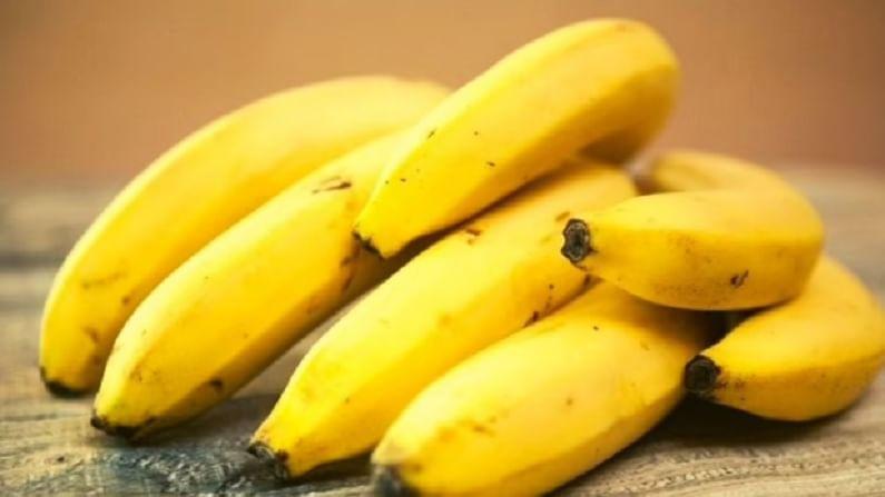 केळीला सुपरफूड मानले जाते. हे पोटासाठी खूप चांगले आहे आणि बद्धकोष्ठता आणि पोटात जळजळ होण्याची समस्या टाळते. पण सकाळी नाश्त्यात केळी खाणे योग्य नाही. रिकाम्या पोटी केळी खाल्ल्याने शरीरातील मॅग्नेशियम आणि पोटॅशियमचे प्रमाण असंतुलित होते. याशिवाय हे फळ अम्लीय देखील आहे. यामुळे, पाचन तंत्र प्रभावित होऊ शकते.