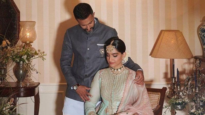 सोनमनं पती आनंद अहुजासोबत रियाच्या लग्नातील काही फोटो शेअर केले आहेत. एका फोटोत सोनम भावूक झालेली दिसत आहे. तिच्या डोळ्यात अश्रू आहेत.