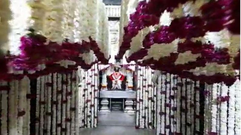 पंढरपुरातील विठ्ठल मंदिर आणि रुक्मिणी मातेच्या मंदिराचा गाभारा विविध आणि रंगीबेरंगी फुलांनी सजवण्यात आला आहे.