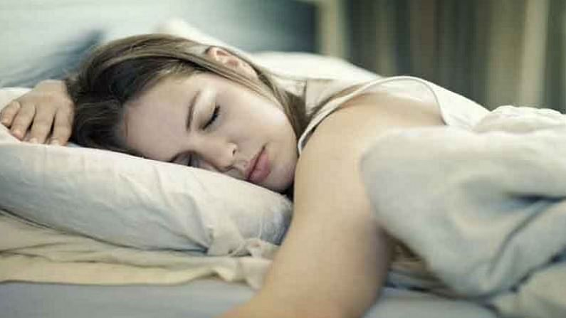 प्रत्येक व्यक्तीला 8 ते 9  तासांची झोप आवश्यक असते. मात्र, सध्याच्या बदलेल्या जीवनशैलीमुळे अनेकदा 8 ते 9  झोप घेण शक्य होत नाही. यामुळे काही काम करत असताना आपल्याला डुलकी लागते.