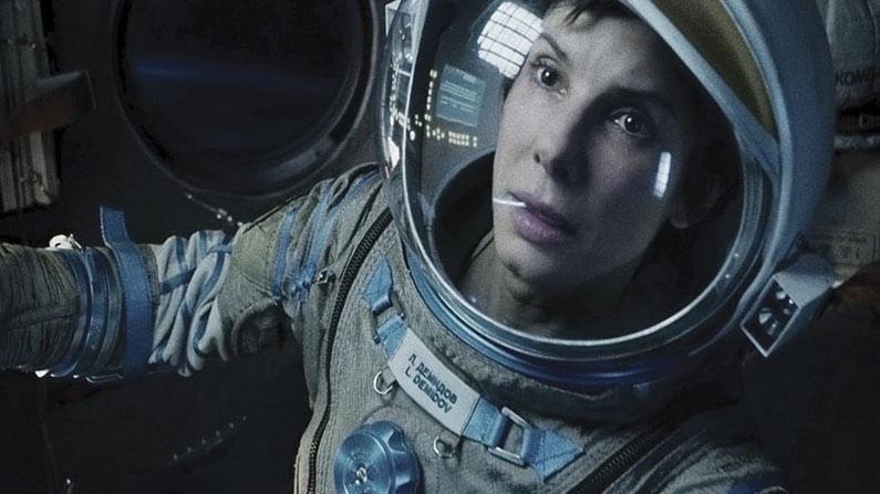 ग्रॅविटी : 2013मध्ये रिलीज झालेल्या या चित्रपटाने बरीच लोकप्रियता मिळवली. हा चित्रपट दोन अंतराळवीरांची कथा सांगतो, जे अंतराळातील भग्नावस्थेत हल्ला झाल्यानंतर जगण्यासाठी संघर्ष करतात. या चित्रपटात सँड्रा बुलॉक मुख्य भूमिकेत आहे.