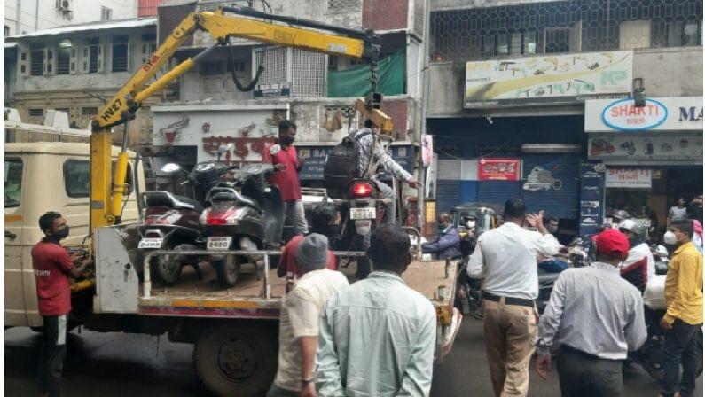 पुण्यात वाहतूक पोलिसांनी एका दुचाकीस्वाराला चक्क गाडीसकट टेम्पोत भरले. समर्थ वाहतूक पोलिस विभागाअंतर्गत असलेल्या नाना पेठ परिसरात हा प्रकार घडला.