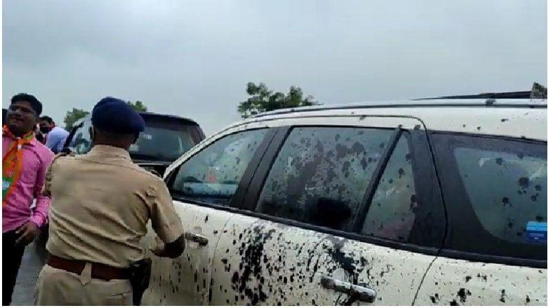 किरीट सोमय्या हे या ठिकाणी न थांबताच निघून गेले. पोलिसांना मात्र परिस्थिती नियंत्रणात आणण्यासाठी लाठीचार्ज करावा लागला