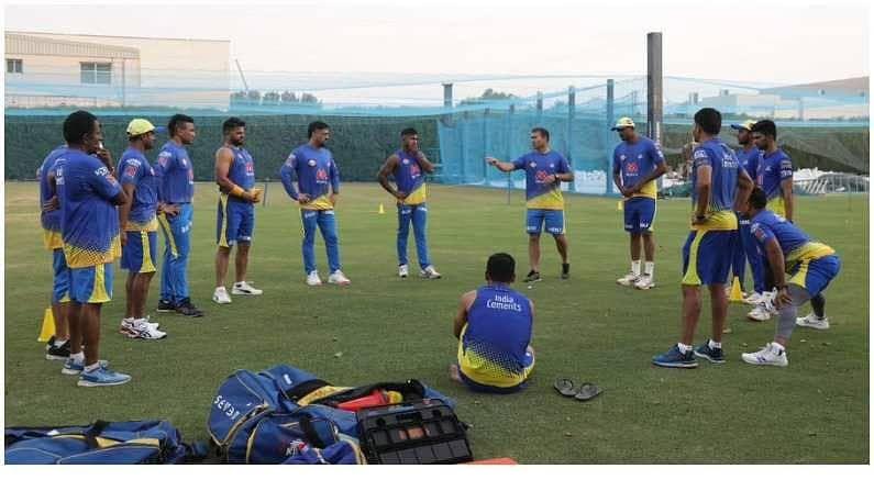 कोरोनाच्या संकटामुळे भारतात झालेली IPL 2021  स्पर्धा मधूनच युएईला (UAE) मध्ये घेण्यात येत आहे. यासाठी सर्व संघ युएईला रवाना होत असून चेन्नई सुपर किंग्सचे (Chennai Super Kings) खेळाडू सर्वात आधी युएईला पोहोचले आहेत. विलगीकरणाचा कालावधी संपवून सर्व खेळाडू मैदानात सरावासाठी उतरले असून चेन्नई सुपरकिंग संघाने खेळाडूंचे फोटो पोस्ट केले आहेत. एमएस धोनी (MS Dhoni), सुरेश रैनासह (Suresh Raina) सर्व खेळाडू या फोटोमध्ये दिसत आहेत.