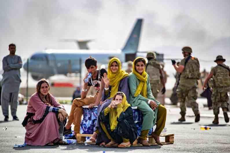 या फोटोत अफगाणमधील परिस्थितीतून स्वतःला वाचवत दुसऱ्या देशात जाण्यासाठी विमानाची वाट पाहताना ही मुलं दिसत आहेत. (Photos : AP/PTI)