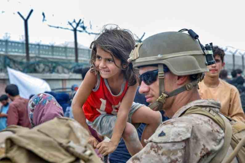 या फोटोत सैन्याने आपल्या बचाव आणि मदत मोहिमेंतर्गत लहान मुलांना वाचवत त्यांना त्यांच्या कुटुंबाकडे सोपावल्याचं दिसत आहे.