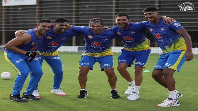 बहुप्रतिक्षित इंडियन प्रिमियर लीगच्या (IPL 2021) उर्वरीत सामन्यांना 19 सप्टेंबरपासून युएईत (UAE) सुरुवात होणार आहे. यासाठी सर्वात आधी म्हणजे 13 ऑगस्टलाच चेन्नई सुपर किंग्सचा (Chennai Super Kings) संघ युएईला पोहोचला आहे. विलगीकरणाचा कालावधी संपवून सर्व खेळाडू मैदानात सरावासाठी उतरले आहेत.  दरम्यान क्रिकेटच्य़ा सरावातून थोडा विरंगुळा म्हणून धोनीच्या टोळीने फुटबॉल खेळण्याचा आनंद लुटला. (सौजन्य - CSK twitter)