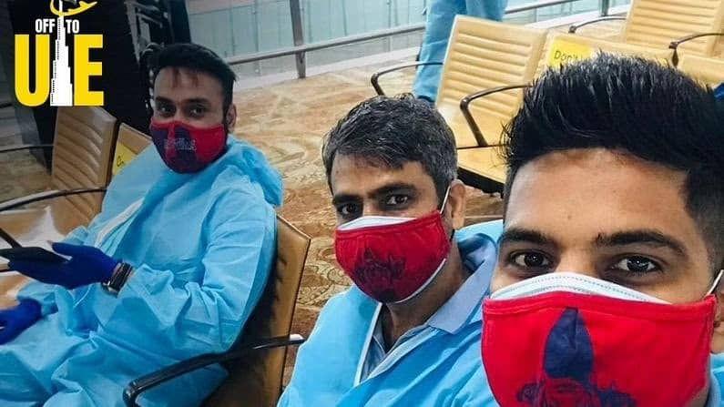 संघाचा दिग्गज फिरकीपटू अमित मिश्राने विमानतळावर पीपीई किटमधील एक फोटो पोस्ट केला आहे. 'दुबईकडे जाताना' असं कॅप्शनही दिलं आहे. संघातील परदेशी खेळाडू अजून दुबईला पोहोचलेले नाहीत.