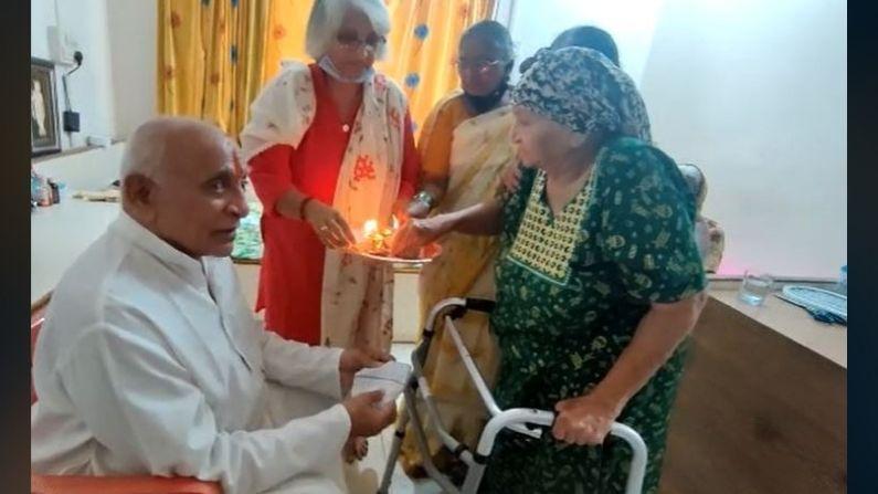 राज्याचे माजी गृहमंत्री डॉ पदमसिंह पाटील यांनी त्यांची बहीण पुष्पाताई पाटोदेकर यांच्या उस्मानाबाद येथील घरी जाऊन राखी बांधली यावेळी त्यांनी एकमेकांना पेढा भरवून औक्षण केले. वयाच्या 81 व्या वर्षी डॉ पदमसिंह पाटील यांनी त्यांची मोठी 83 वर्षीय बहिणीच्या हातून राखी बांधली आणि आशीर्वाद घेतले. डॉ पदमसिंह पाटील हे राज्यातील राजकारणातील एक मोठे प्रस्थ आहेत.