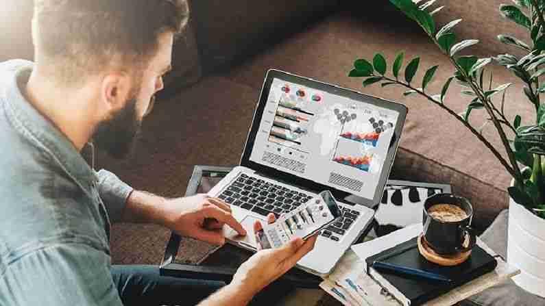 डिजिटल मार्केटिंग (Digital Marketing) - ऑनलाईन प्लॅटफॉर्मवर वस्तू किंवा सेवांची खरेदी आणि विक्रीची कमाई डिजिटल मार्केटिंग व्यावसायिकांच्या हातात असते. म्हणूनच तुम्ही इथे डिजिटल मार्केटिंग स्पेशालिस्ट, सोशल मीडिया मॅनेजर आणि सर्च इंजिन ऑप्टिमायझर स्पेशालिस्ट म्हणून काम करू शकता. डिजिटल धोरण, उत्पादन मार्केटिंग आणि ब्रँड व्यवस्थापनाचे ज्ञान या क्षेत्रासाठी खूप महत्वाचे आहे. मार्केटिंगचे नवीन स्वरूप वेगाने विस्तारत आहे.