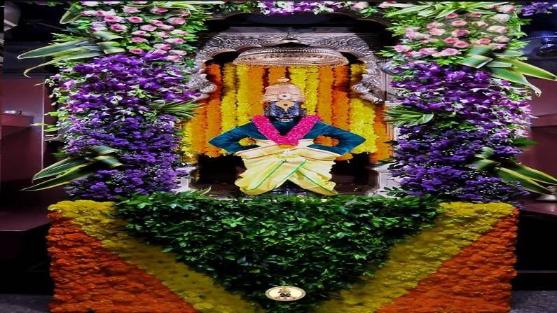 विविध रंगाच्या फुलांनी देवाचा गाभारा उजळून निघाला आहे.