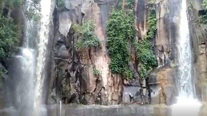 या धबधब्यांमुळे जिल्ह्यातील निसर्गाच्या सौंदर्यात अधिकच भर पडलीये. तर पर्यटक देखील याचा अनुभव घेण्यासाठी गर्दी करु लागले आहेत.