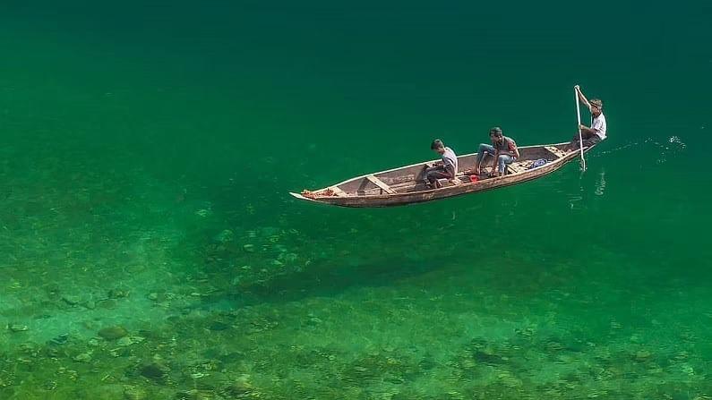या नदीचे नाव उमनगोट आहे. उमनगोट नदीला डौकी असेही म्हणतात. डौकी हे एक छोटे शहर आहे, जे भारत-बांगलादेश सीमेवर आहे. हे शिलाँगपासून 95 किलोमीटर अंतरावर आहे. (फोटो क्रेडिट- indiatravellife Insta Account)
