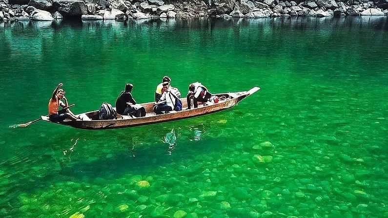 ही भारतातील सर्वात स्वच्छ नदी मानली जाते, जी दिसायला काचेसारखी आहे. त्यावर चालणाऱ्या बोटी हवेत तरंगताना दिसत आहेत. (फोटो क्रेडिट- timetraveller_official)