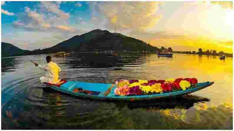 श्रीनगर - श्रीनगर हे काश्मीरमधील सर्वात प्रसिद्ध आणि सुंदर ठिकाणांपैकी एक आहे. पर्यटकांना येथे हिरवाईने नटलेले पर्वत दिसतात. दाल सरोवर हे श्रीनगरचे मुख्य आकर्षण आहे. हा तलाव शहरातील सर्वात आश्चर्यकारक तलाव आहे. त्याचे दृश्य अतिशय आकर्षक आहे. याशिवाय, तुम्ही शालिमार बाग आणि मुगल गार्डन, इंदिरा गांधी मेमोरियल ट्युलिप गार्डन आणि काही वेळ निगीन लेक, वुलर लेक आणि परी महल येथे देखील घालवू शकता. श्रीनगरला भेट देण्याचा उत्तम काळ जून ते ऑक्टोबर आहे. हिवाळ्यात बर्फवृष्टीचा आनंद घेण्यासाठी डिसेंबर आणि जानेवारी महिन्यात या ठिकाणी भेट देता येते. आपण अरु व्हॅली आणि बेटाब व्हॅली सारख्या ठिकाणी देखील भेट देऊ शकता.