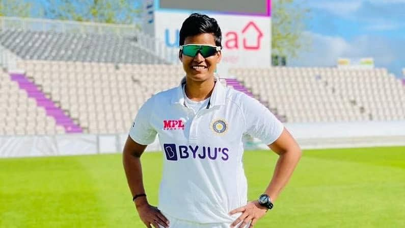 दीप्तिच्या क्रिकेट कारकिर्दीची सुरुवात फारच फिल्मी पद्धतीने झाली आहे. आठ वर्षाची असताना दीप्ती तिचा भाऊ सुमित शर्मासोबत मैदानात सहजच गेली होती. त्यावेळी दीप्तिजवळ क्रिकेटचा चेंडू येताच तिने तो चेंडू थेट स्टंप्सच्या दिशेने फेकला. तिचा हा अप्रतिम थ्रो पाहून मैदानात त्यावेळी उपस्थित असणारी महिला क्रिकेटपटू हेमलता काला अगदी आश्चर्यचकीत झाली.