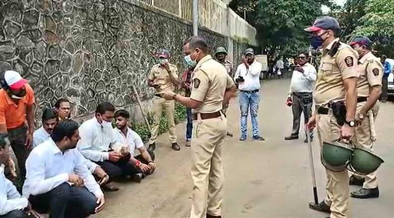 पोलिसांनी शिवसैनिकांना रस्त्यात अडवत एका ठिकाणी स्थानबद्ध केलं. पोलिसांनी भाजप कार्यलय परिसरातील कार्यकर्त्यांवर लाठीचार्जही केला.