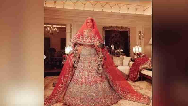 कृतीने प्रसिद्ध डिझायनर मनीष मल्होत्रा यांनी डिझायनर लेहेंगा परिधान केला आहे. वास्तविक 'इंडिया कॉचर वीक 2021' 23 ते 29 ऑगस्ट दरम्यान सुरू झाला आहे. मनीष मल्होत्राने या फॅशन वीकची सुरुवात त्याच्या नूरानीत या कलेक्शनने केली. ज्यामध्ये कृती एका वधूच्या अवतारात दिसली.