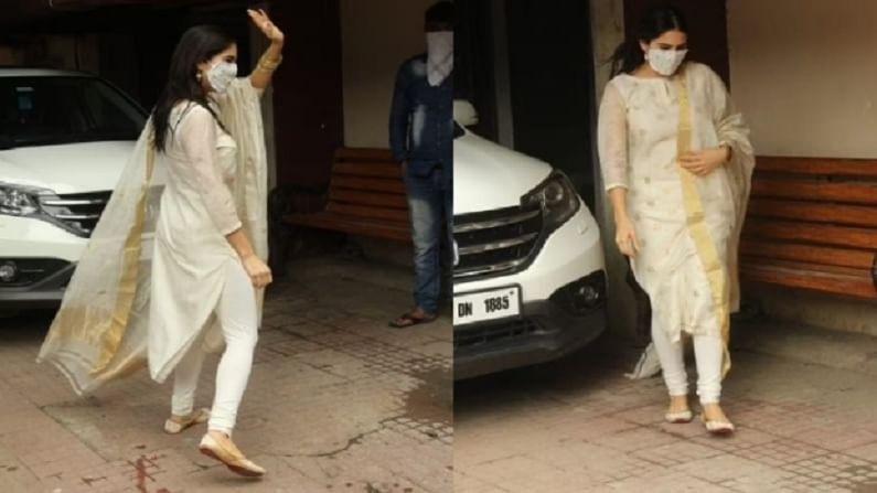 बॉलिवूड अभिनेत्री सारा अली खान जिमच्या बाहेर मुंबईत स्पॉट झाली आहे. साराने पांढऱ्या रंगाचा सूट यावेळी परिधान केला होता.