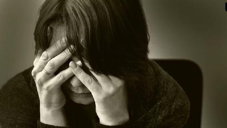 कधीकधी दुःखी होणे किंवा मनःस्थिती बदलणे ही एक वेगळी गोष्ट आहे. परंतु जर हे तुमच्यासोबत वारंवार घडत असेल किंवा तुम्ही बऱ्याच काळापासून दुःखाने घेरलेले असाल तर ते तुमच्या नैराश्याचे लक्षण आहे. अशा परिस्थितीत, तुम्ही एका खास मित्राशी किंवा जवळच्या व्यक्तीशी बोला काही गोष्टी शेअर करा किंवा एखाद्या तज्ञाचा सल्ला घ्या.