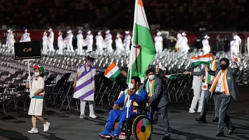 या भव्य अशा उद्घाटन समारंभाला भारताकडून ध्वजवाहक म्हणून शॉटपुट खेळाडू टेक चंद तिरंगा घेऊन मैदानात आला. त्याच्या मागे भारताचे अधिकारी आणि खेळाडू मिळून 8 सदस्य होते.