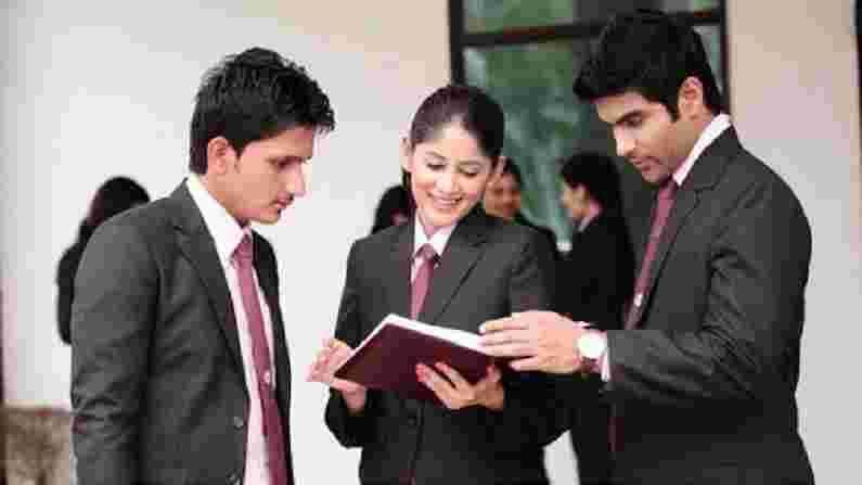 मॅनेजमेंट (Management) - हे जरुरी नाही की केवळ कॉमर्सच्या विद्यार्थ्यांना व्यवस्थापन अभ्यासक्रम आणि करिअर अभ्यासक्रमांसाठी योग्य मानले पाहिजे. साध्या बीए नंतरही, तुम्ही अनेक प्रमाणपत्रे आणि डिप्लोमाचे अल्पकालीन अभ्यासक्रम करून व्यवस्थापन अभ्यासक्रम करू शकता. या क्षेत्रात आपण आपत्ती व्यवस्थापन आणि हॉटेल व्यवस्थापन यासारख्या क्षेत्रात करिअर करू शकता.
