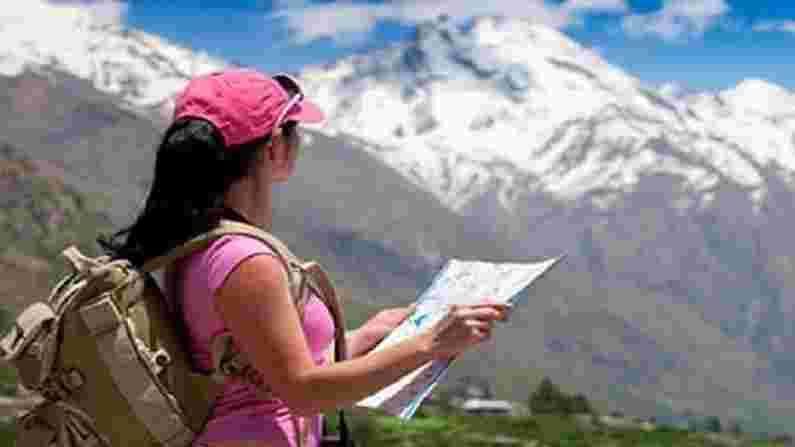 टूर आणि ट्रॅव्हल(Tour and Travel) - जर तुम्हाला प्रवास करायला आवडत असेल, नवीन ठिकाणे एक्सप्लोर करायला आवडत असेल तर तुम्ही पर्यटन उद्योगाचा अवलंब करू शकता. अनेक विद्यापीठे या विषयावर कोर्स ऑफर करतात. बीए इन ट्रॅव्हल अँड टूरिझम मॅनेजमेंट, बीबीए इन टूर अँड ट्रॅव्हल मॅनेजमेंट, बीए ऑनर्स इन टूर अँड ट्रॅव्हल, बीए इन टूरिझम स्टडीज असे अभ्यासक्रम करू शकतात. यानंतर, तुम्हाला हवे असल्यास, तुम्ही एखाद्या प्रस्थापित कंपनीत सामील होऊ शकता आणि नोकरी करू शकता, फ्रीलान्स करू शकता किंवा तुम्ही तुमची स्वतःची एजन्सी सुरू करू शकता. ट्रॅव्हल ब्लॉगरची मागणी आजच्या काळापासून खूप जास्त आहे.