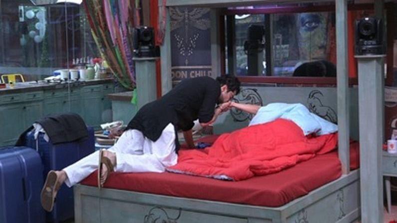 समोर आलेल्या फोटोंमध्ये, हे पाहिले जाऊ शकते की तो शमिताला गुड मॉर्निंग किस देत आहे आणि तिला उठवत आहे. राकेशनं काळा कुर्ता आणि पांढऱ्या रंगाचा पायजमा घातला आहे, राकेश तिच्या हातावर किस करतो आहे.