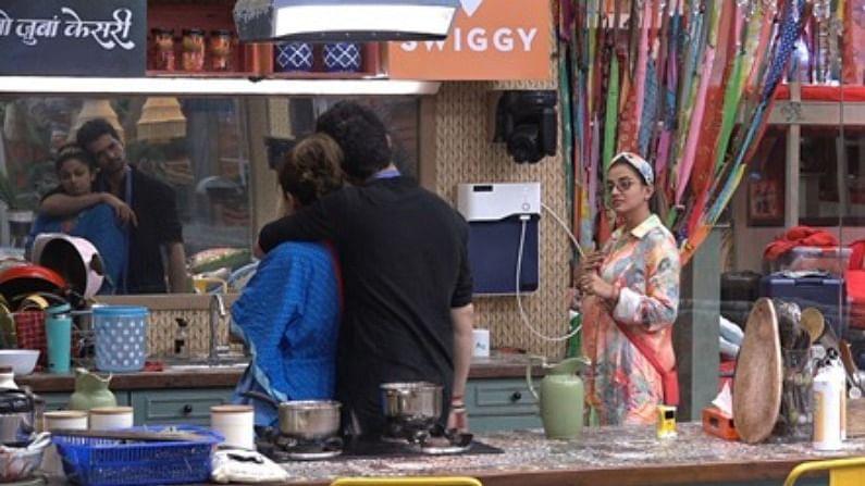 अलीकडेच राकेश बापट देखील शमिता शेट्टीसोबत फ्लर्ट करताना दिसला. एवढंच नाही तर तो शमिताला किससुद्धा करतो.