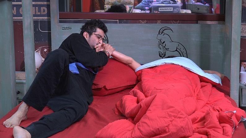 नुकतंच असं दाखवण्यात आलं की राकेश शमिताच्या बेडवर जातो आणि ती राकेशला तिच्या बेडवर येण्यास सांगते. राकेश शमितासोबत जोक्स करतो.