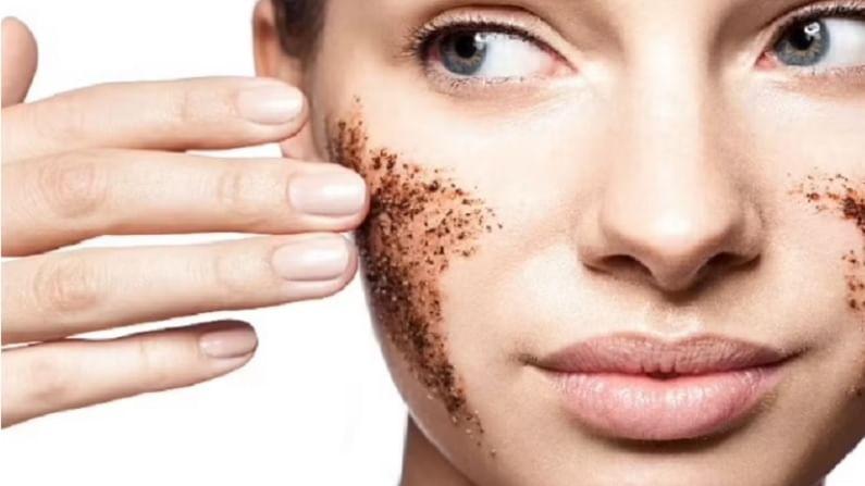 पावसाळ्यात त्वचेच्या समस्या वाढतात. या हंगामात ओलावा असल्यामुळे त्वचा तेलकट आणि चिकट दिसते. त्याचबरोबर काही लोकांची त्वचा अधिक निर्जीव दिसते. हवामानातील बदलाचा परिणाम त्वचेवर देखील दिसून येतो, ज्यामुळे कोरडेपणा, खाज सुटणे, पुरळ होण्याची शक्यता वाढते.