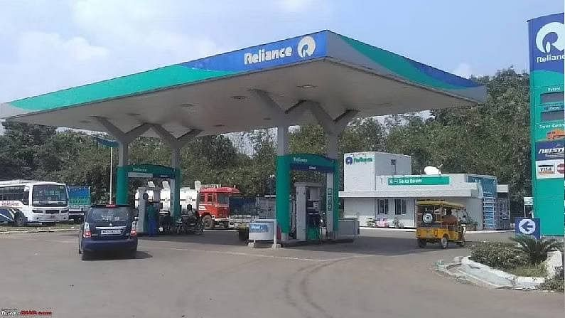 लाइव्ह हिंदुस्थानच्या मते, सध्या फक्त 8 कंपन्या भारतात पेट्रोल पंप उघडून इंधन विकत आहेत, ज्यात इंडियन ऑईल, भारत पेट्रोलियम, हिंदुस्तान पेट्रोलियम, रिलायन्स, एस्सार (नायरा एनर्जी), शेल इत्यादी देशातील पेट्रोल पंपांवर फक्त केंद्र सरकारच्या कंपन्यांचेच वर्चस्व आहे आणि एकूण पेट्रोल पंपांपैकी 90 टक्के पेट्रोल पंप फक्त सरकारी कंपन्या चालवतात, तर 10 टक्के पेट्रोल पंप खासगी असतात. कंपन्या आणि त्यापैकी रिलायन्स, शेल आणि एस्सार यांचाच मोठा वाटा आहे.