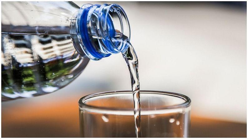 जास्त पाणी पिणे - तज्ञांच्या मते, जास्त पाणी प्यायल्यानं वजन कमी होण्यास मदत होते. यामागचं कारण म्हणजे जास्त प्यायल्यास जेवण कमी जाते. नियमित पाण्याच्या सेवनानं पोट भरल्यासारखं वाटतं. परिणामी आपल्याला भूक कमी लागते.