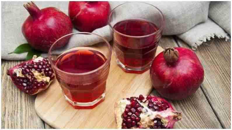 हिरवे सफरचंद आणि डाळिंबाचा रस - हिरवे सफरचंद आणि डाळिंब दोन्हीही अनेक फायदे देतात. हे आपल्या त्वचेची गुणवत्ता अनेक पटीने सुधारते. डाळिंब आणि हिरवे सफरचंद व्हिटॅमिन सी, एंजाइम आणि इतर अँटीऑक्सिडंट्सने समृद्ध असतात जे आपली त्वचा बरी करतात आणि चमकदार बनवतात. हे व्हिटॅमिन एक दाहक-विरोधी एजंट म्हणून देखील कार्य करते जे मुरुम आणि गडद डाग देखील कमी करते.