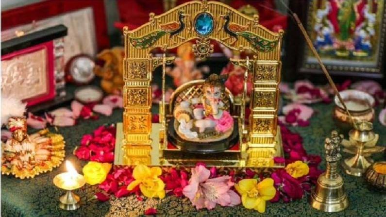 फुले - मंदिर आणि प्रार्थनास्थळे सजवण्याचा हा सर्वात चांगला मार्ग आहे. भगवान कृष्णाला चमेली आणि मोगरासारखी सुगंधी फुले आवडतात. या फुलांपासून विणलेल्या लांब माळ्याने तुम्ही मंदिराला सजवू शकता.