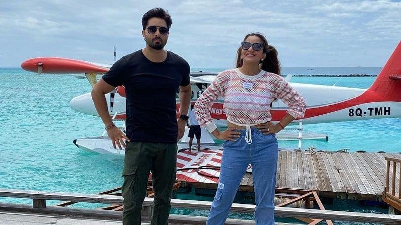 अभिनेत्री मोनालिसा नुकतंच पती विक्रांतसोबत मालदीवमध्ये सुट्ट्यांचा आनंद घेण्यासाठी गेली होती. मोनालिसा मालदीवमधून तिचे ग्लॅमरस फोटो शेअर करत होती.
