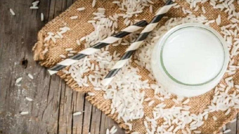 जाड आणि मजबूत केसांसाठी - तांदळाच्या पाण्यात कार्बोहायड्रेट्स आणि इनोसिटॉल असतात. हे केस मजबूत आणि जाड होण्यास मदत करते. तुम्ही तांदळाच्या पाण्याने 10 ते 15 मिनिटे टाळूची मालिश करू शकता. यानंतर केस शैम्पूने धुवा.