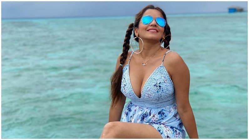 भोजपुरी क्वीन मोनालिसा सोशल मीडियावर खूप सक्रिय असते. आता तिने तिच्या बोल्ड फोटोंनी सर्वांचे लक्ष वेधून घेतलं आहे.
