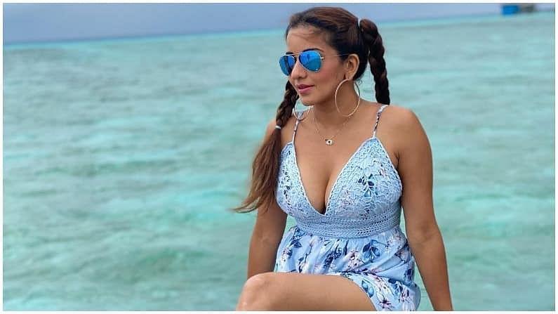 नुकतंच मोनालिसा तिच्या पतीसोबत मालदीवमध्ये सुट्टी एन्जॉय करुन परत आली आहे. तिनं बरेच फोटो शेअर केले आहेत.