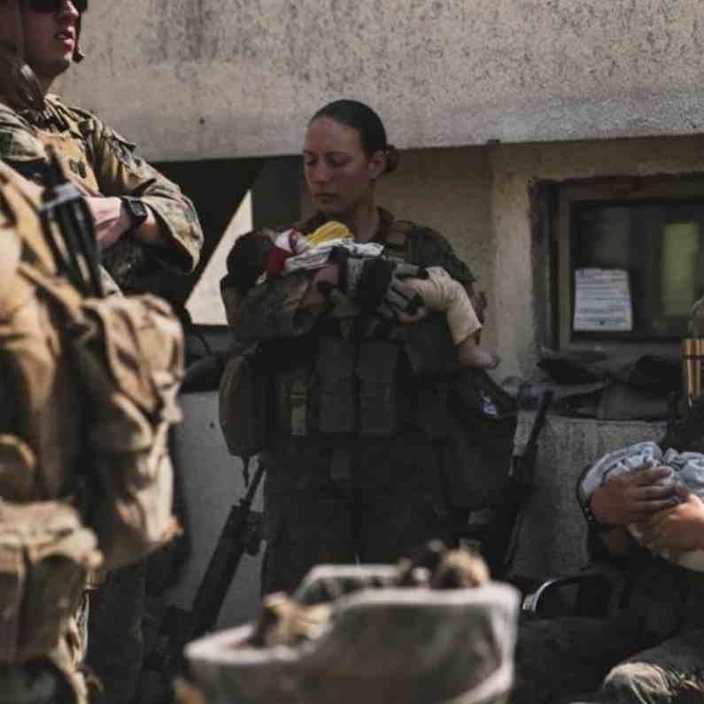 आयसिसच्या हल्ल्यात शहीद झालेल्या या महिला सैनिकाचा फोटो सध्या सोशल मीडियावर चर्चेचा विषय बनतोय.