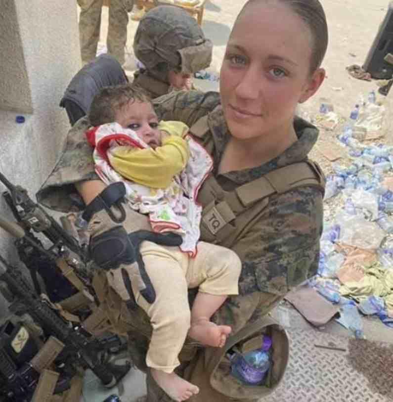 या फोटोत ही महिला सैनिक लहान मुलाला आपल्या कुशीत घेऊन त्याची काळजी घेताना दिसत आहे.