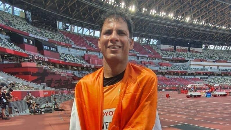 भारताने भालाफेक खेळात आणखी एक पदक आज मिळवलं. भारताला दोन वेळा सुवर्णपदक मिळवून देणारा भालाफेकपटू देवेंद्र झाझरिया (devendra jhajharia) याने टोक्योमध्ये रौप्य पदकाला गवासणी घातली. देवेंद्रने पुरुषांच्या भालाफेक स्पर्धेत -एफ46 फायनलमध्ये 64.35 मीटरच्या थ्रोच्या जोरावर रौप्य पदक मिळवलं.