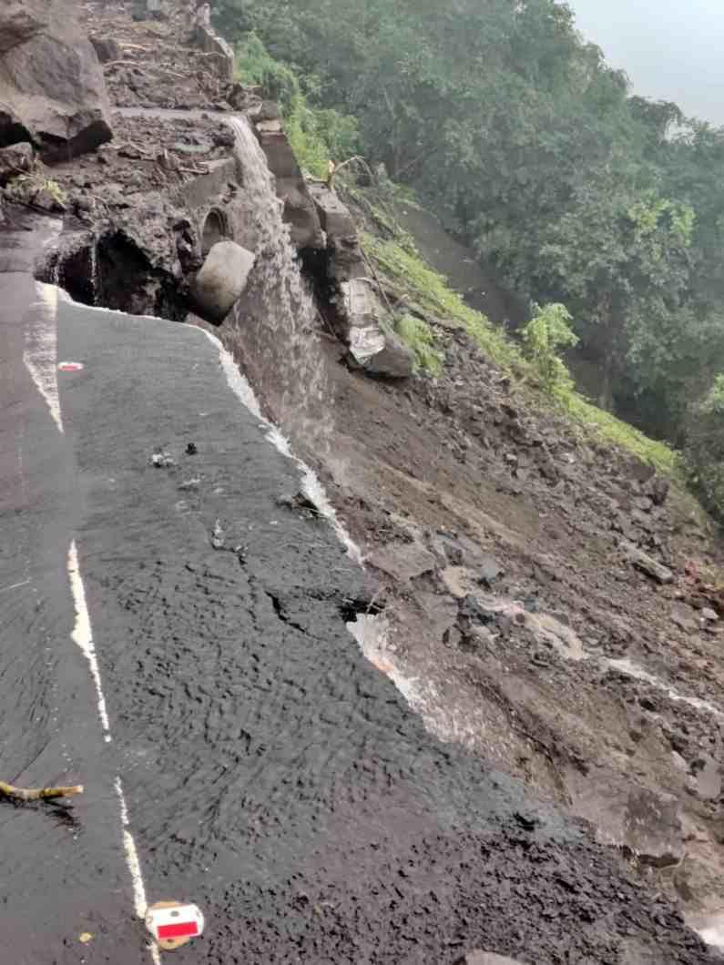 अनेक नागरिक घाटात अडकले आहेत. कन्नड घाटात प्रशासनाकडून मदत कार्य सुरू आहे. घाटात अजूनही पाऊस सुरूच आहे.