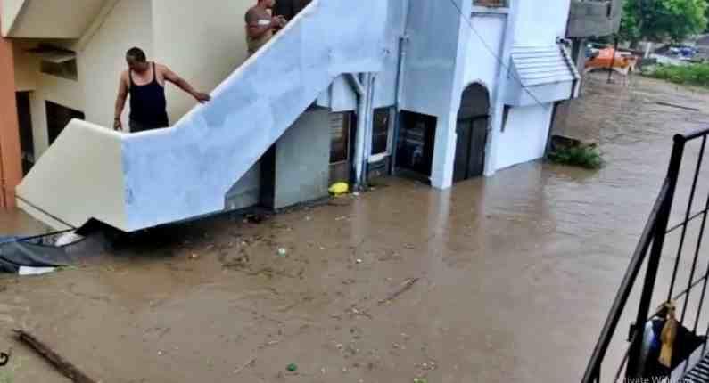 त्यामुळे अनेक घरं, दुकानं पाण्याखाली गेली आहेत.