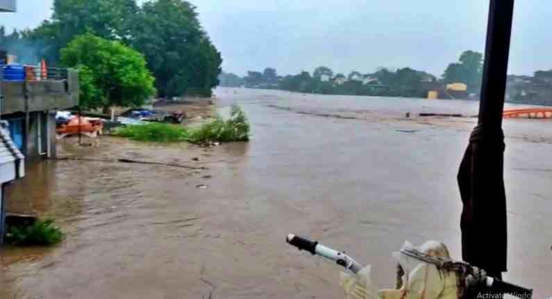 अनेक घरात पाणी शिरले. त्यामुळे मोठं नुकसान झालं आहे. दोन्ही पुलावरुन मोठया प्रमाणावर पाणी वाहत असल्याने चाळीसगाव शहरातून औरंगाबादकडे जाणारा मार्ग बंद झाला आहे.