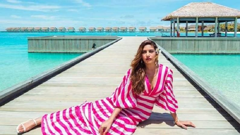 फोटोमध्ये अभिनेत्री गुलाबी आणि पांढऱ्या रंगाच्या स्टायलिश ड्रेसमध्ये दिसत आहे. या फोटोंवरून असे दिसते की, हे मालदीवमधील फोटो आहेत.