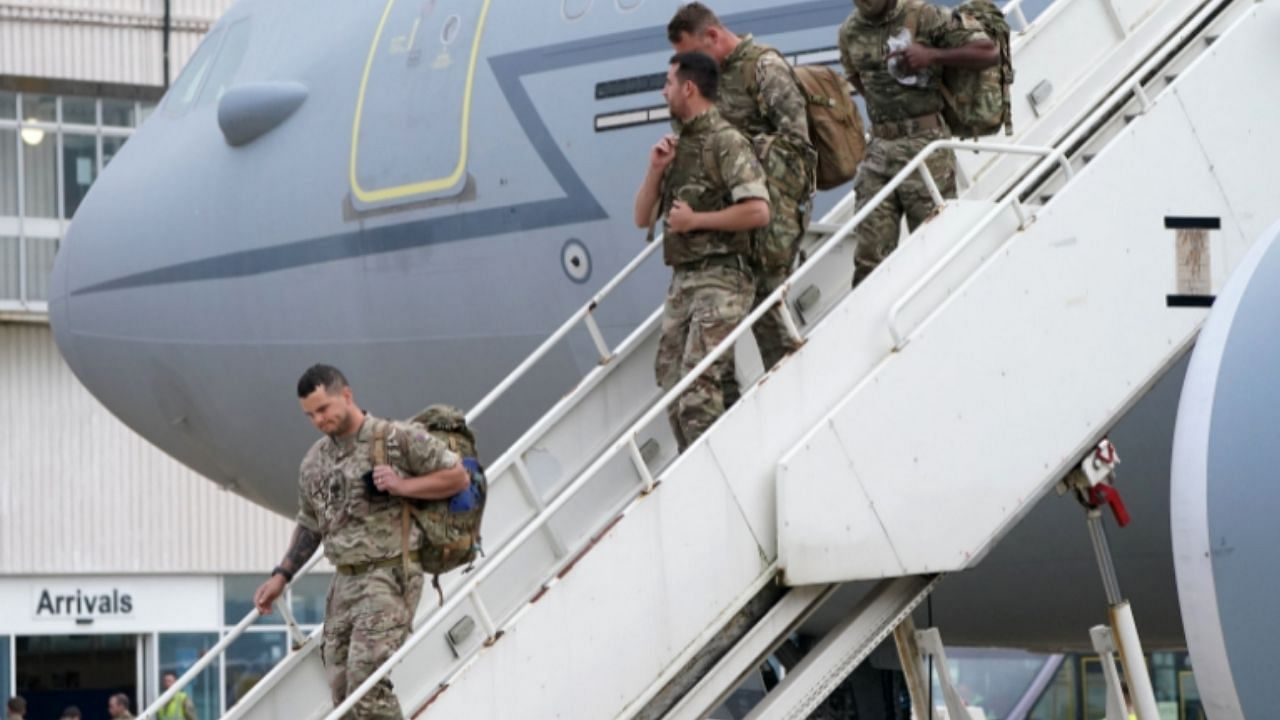 अमेरिका अफगाणिस्तानमध्ये जे युद्ध मागील 20 वर्षांपासून लढत होता त्याचा शेवट झालाय, मात्र यावर अमेरिका आनंद साजरा करताना दिसत नाहीये. आनंद तर अमेरिकेने 20 वर्षांपूर्वी ज्या तालिबानला सत्तेबाहेर घातलं ती  दहशतवादी संघटनेला साजरा करत आहेत. कारण अमेरिका अफगाण सोडताना हीच संघटना पुन्हा सत्तेत आहे. त्यामुळे या 20 वर्षात अमेरिकेने काय मिळवलं असा प्रश्न उपस्थित होतोय (US Afghanistan War 2001).