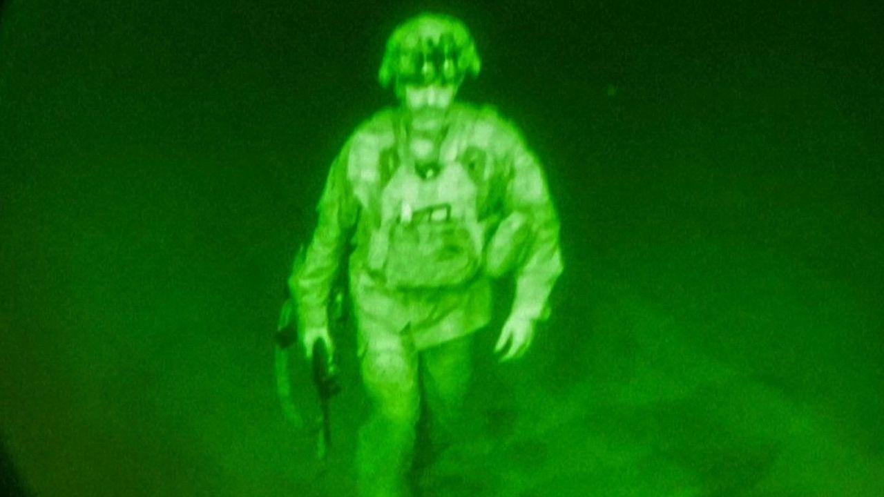 आता अमेरिकेचे अखेरचे सैनिकही सी 17 विमानाने मायदेशी परतलेत. अमेरिकेच्या संरक्षण विभागाने मेजर जनरल क्रिस डोनाहू या अफगाणमधील अखेरच्या सैनिकाचा फोटो जारी करत आपल्या औपचारिक घरवापसीची घोषणा केलीय.