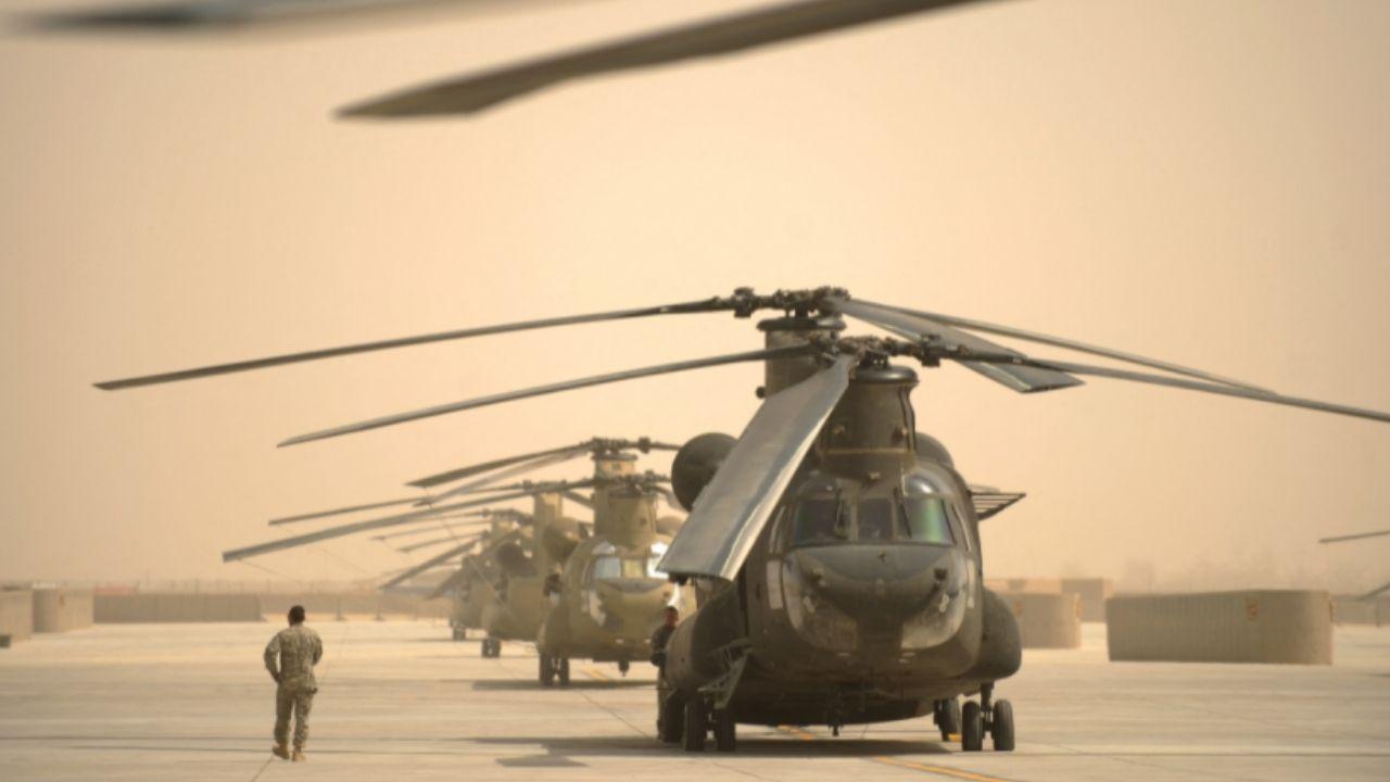 युद्धाच्या 20 वर्षात अमेरिकेने अफगाणमध्ये 2 ट्रिलियन डॉलरपेक्षा अधिक पैसे खर्च केले, 2400 पेक्षा अधिक अमेरिकेचे सैनिक मारले गेले, 1,00,000 पेक्षा अधिक अफगाण सैनिक आणि नागरिकांचाही मृत्यू झाला. त्यामुळे हे करुन अमेरिकेनं नेमकं काय मिळवलं असा प्रश्न उपस्थित केला जातोय (US Afghanistan War Cost).
